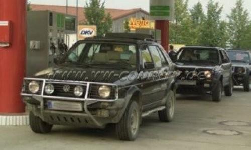 VW Golf Country an der Tankstelle